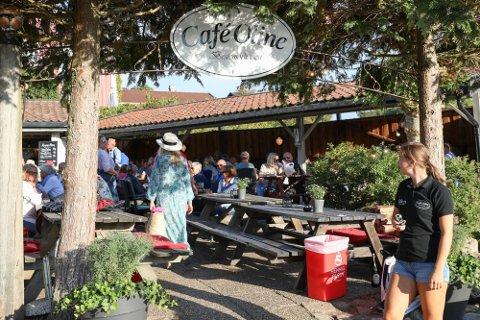 POPULÆRT: Kafeen rett ved fergeleiet på Nedgården har blitt et yndet reisemål både for sultne badegjester, fastboende, hyttefolk og konsertgjester.