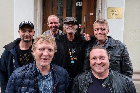JULESJEF: Thorkil H. Lindskog sammen med Tommy Kristiansen, Roy-Eivind Løvli og Svein-Tore Furuvarp er bandet til Geir Arne Westby og Tommy Wærnes.