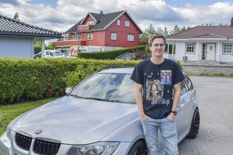 ELSKER BILER: Kasper Strandkås er ikke særlig begeistret for elektriske biler, og frykter at blir som går på bensin og diesel vil dø ut.