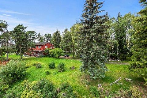 SELGES FOR NI MILLIONER: Denne eiendommen sentralt i  Hamar er svært attraktiv på grunn av sin gigantiske tomt. Nå selges den med en prisantydning på ni millioner kroner.