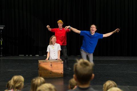 FANTASI: Anders Rummelhoff, Solveig Laland Mohn og regissør Jarl Flaaten Bjørk på scenen under «Kandisia».