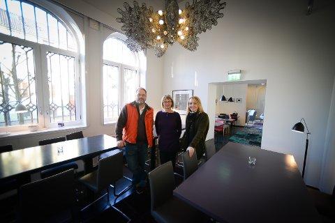 STARTER LUNSJSTED: Jan Thore Engen og Hanne Linderud har akkurat startet som driver på VictoriaHaven. Nå tar han også over serveringen på Kunstbanken. Her sammen med Ingrid Blekastad, direktør på Kunstbanken.