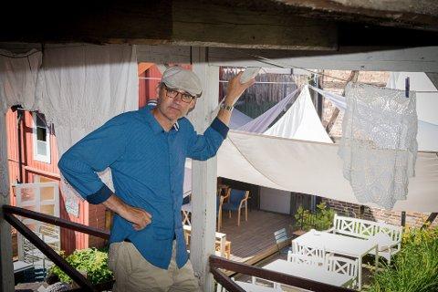 VELKOMMEN: Jørgen Rogne ønsker lokale filmentusiaster velkommen til bakgården hos Tante Gerda.