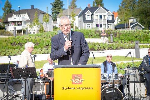 Fylkesmann Sigbjørn Johnsen åpnet Vangsvegen i Hamar.