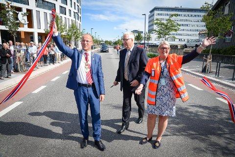 Fylkesmann Sigbjørn Johnsen åpnet Vangsvegen i Hamar. Morten Aspeli og Aud Riseng holdt snora.