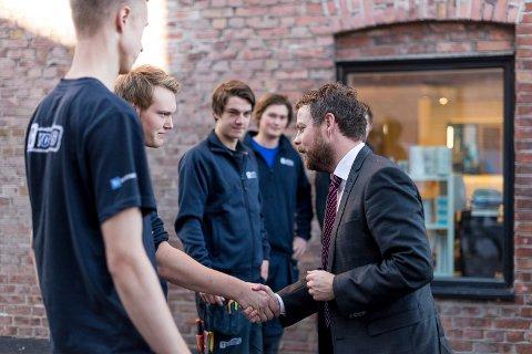MØTTE MINISTEREN: Lærlingene hos YC Rør i Hamar fikk møte kunnskapsminister Torbjørn Røe Isaksen.