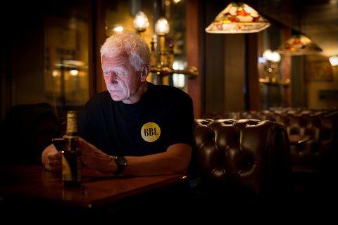 FRED OG RO: Etter en hektisk valgkveld fikk Einar Busterud tid alene på puben Nellie i Hamar sentrum.