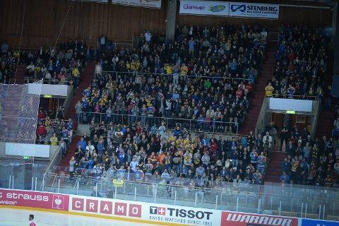 FASTE PLASSER: Publikum i deler av Hamar OL-Amfi må finne seg i å sitte på faste plasser.