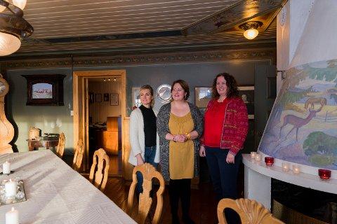 BESØK: Turistkontorets Ingunn Hagen og turistsjef Sylvia Brustad kom på besøk til Astrid Marie Sinnerud (midten) for å høre om hennes planer for Fjetre gård. Foto: Jo E. Brenden