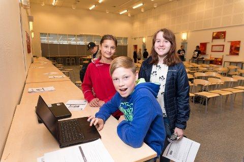 VELGER KODING: Simen Johansen, Morvarid Movassi og Sofia Mikkelsen har valgt koding som valgfag.