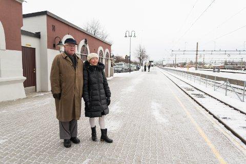 ØST: Knut Andresen og kona Unni Fælth Andresen vil gjerne flytte stasjonen og ha jernbanen i øst.