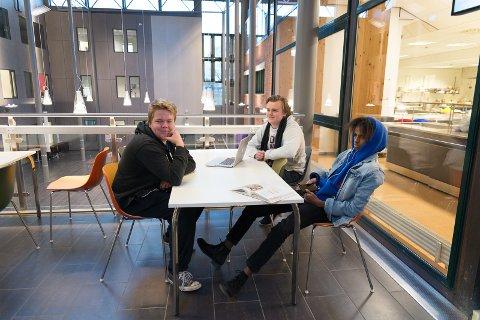 FORNUFTIG: Bjørn-Erik Pritzlaff Hansen, Tobias Brustad og Adbrir Rashid mener det er fornuften som har seiret når skolen foreslås å drive videre som før.