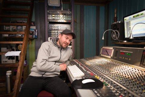 I STUDIO: Ørnulv Snortheim inne i Dakkota studio. Han har jobbet mye med artistene Christel Alsos og Haddy N'jie.