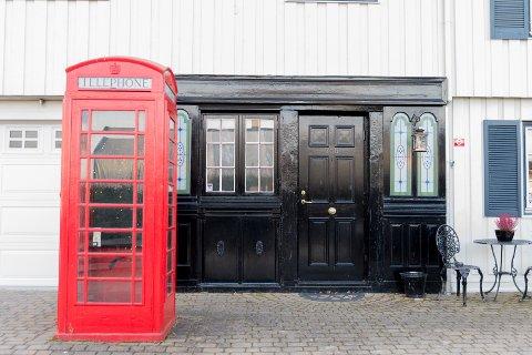 TELEFON: Uten for huset, en gammel telefonkiosk. Legg merke til den spesielle pubinngangen.