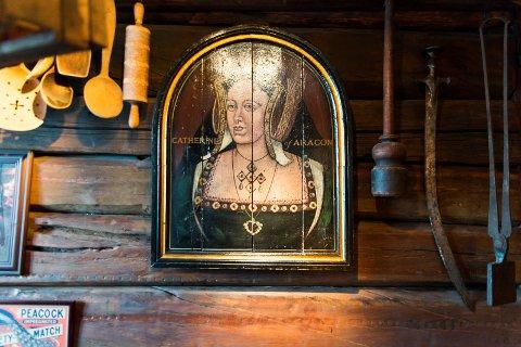 HISTORISK: Katarina av Aragón henger på veggen inne i puben.