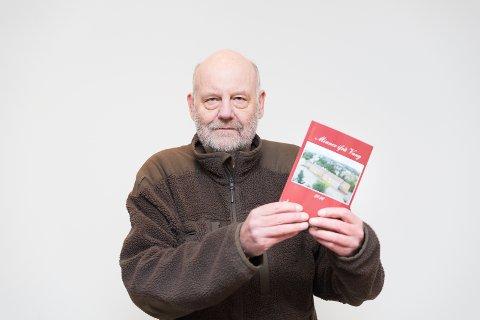 NY BOK: Ola Aas fra Vang historielag med «Minner fra Vang»-boka.
