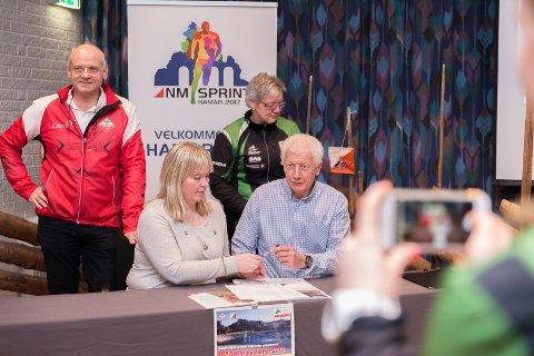 BREVET: Ordførerne Bente Elin Lilleøkseth og Einar Busterud sammen med o-lederne Tove-Kristin Westli og Arne Arnesen signerte brevet til kongehuset.