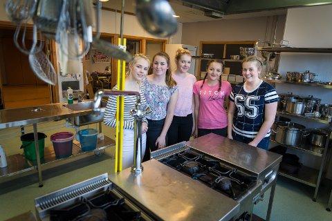 FIN DAG: Natalie Furuseth Hulldal, Mille Solaia Jensen Østerås, Julie Andersen, Malin Nyhus Hansen og Camilla Molstad hadde en flott dag på Storhamar videregående skole.