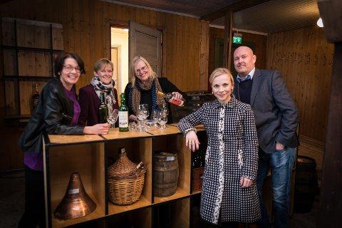 HEFTIG: To heftige drikkekvelder, lover fra venstre: Kari E. Bekken (RingsakeOperaen), Bente Ekeberg Bodin (Tingnes Spiseri), Else Braseth (Atungstad Brenneri), Solbjørg Tveiten (kultursjef Stange kommune) og Ørnulf Ring (Festspillene i Elverum).