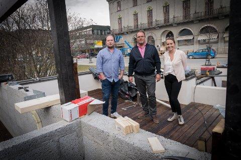 UTE: Markedsansvarlig Jan Tore Engen, daglig leder Hanne Linderud og kjøkkensjef Michael Lundmark gleder seg til å åpne uteserveringen på Victoriahaven.