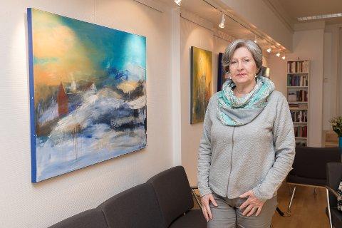 PÅ PLASS: Lillian Egeberg er på plass med sine malerier.