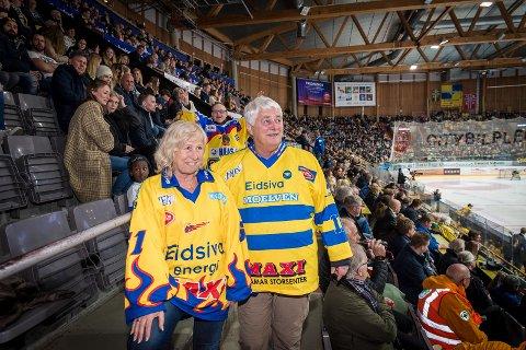 FAST INNSLAG: Håvard Arnesen sammen med kona May Britt er fast innslag på tribunen.