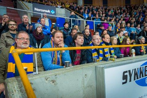 FAMILIEN: De er der på alle hjemmekamper, medlemmer av familien Uthus fra Elverum med venner. Denne gangen fra venstre far Kjell Uthus, Erik Uthus, Rune Sagen, William Nilssen, Terje Uthus, Karoline Uthus og Heidi Kristine Uthus.