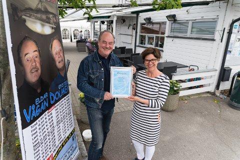 HEDRET: Eldar Vågan får beviset på at han er Hamarregionen Reiselivs første æresmedlem av Monica Blikstad.