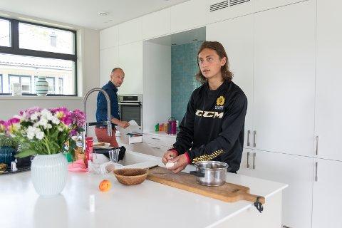 LUNSJ: Christopher tar en lunsj hjemme sammen med pappa Einar. Snart skal han tilbake til Nord-Sverige.