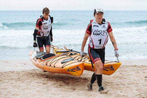 PADLING: Jacob og Helen har lagt padlingen til Mjøsa.
