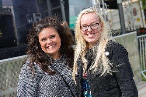 FIN START: Celina Christoffersen og Vilde Moe Brobakken trivdes på rockekonsert på skolen.