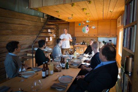 I LÅVEN: Pause i workshopen. Kjøkkensjef Eirik  Lillebø har gjort klart et måltid for gjestene.