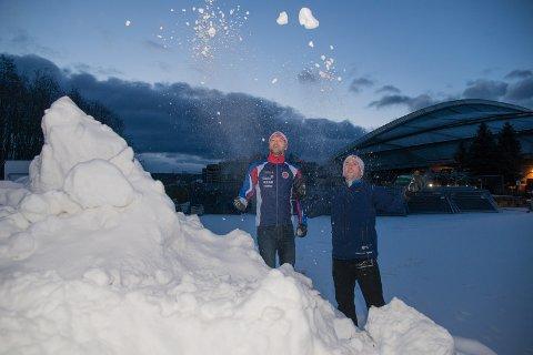 TIL BYEN: – Nå frakter vi all denne snøen til byen, sier Ole Christian Bang og Thomas Mølstad.