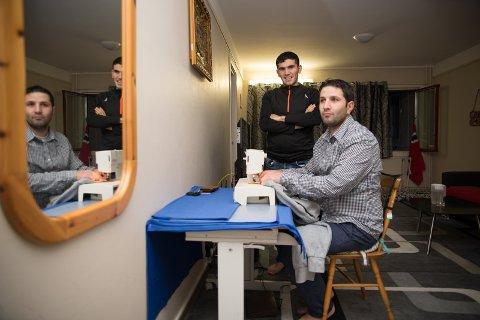 SYGLEDE: Kenewiar Mahmoud er glad i å bruke symaskinen, mens slektningen Hussein Mahmoud skal hjelpe til som tolk i kontakten med norske kunder.