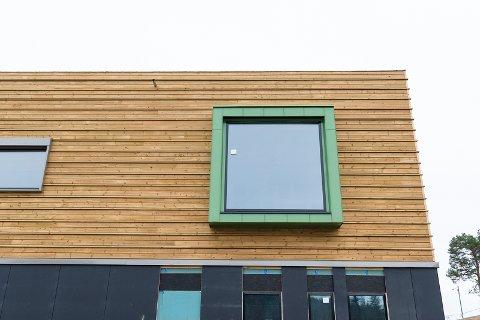 LYST: Store vinduer skal sørge for godt lys inne i undervisningrommene.