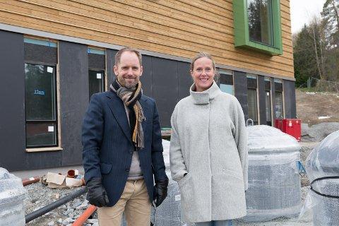 GLEDER SEG: - Det blir en ny hverdag med ny skole, sier Magnus Holmern og Grete Lervik.