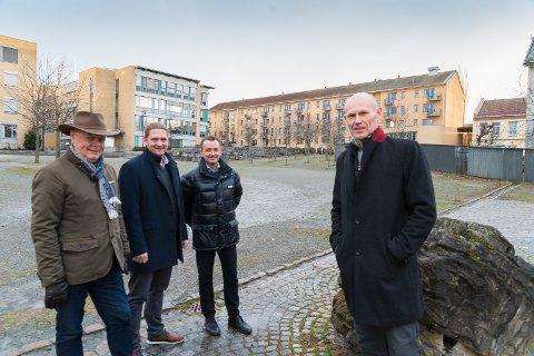 MILJØ: Varaordfører Knut Fangberget, arkitekt Stian Svalheim, eiendomsutvikler Terje Vidar Hubred og konsernsjef Oddvar Haugen foran der bygget skal oppføres.
