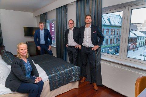 SAMLET: De fire hotelldirektørene i Hamar på samme hotellrom. Fra venstre: Trude Oreld (Victoria), Vidar Haugen (Astoria), Frode Åkerland (Scandic Ringsaker) og Alexander Sandli (Scandic Hamar).