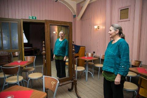 SPEIL: Dette speilet sto inne i Røhnesalen, hvor 19 syersker jobbet fra 1910 og utover. Kirsti Hougen vil vite mer om historien.