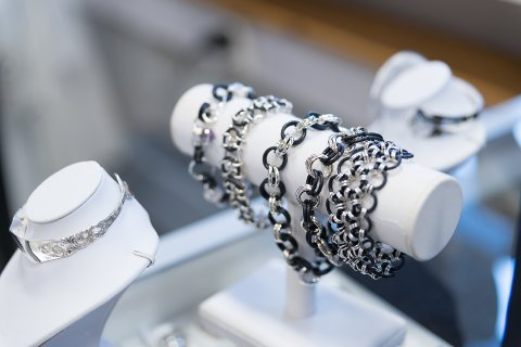 BLANDER: Gummi og sølv i noen av smykkene til Sølvjintene.
