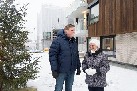 FORNØYD: – Jeg stortrives her, sier Bjørg Olsen til Obos-megler Erlend Kvaløy.