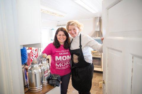 DUGNAD: «Skimamma» Marit Elton og Grethe Bøhn Busterud må ta i et tak på kjøkkenet.