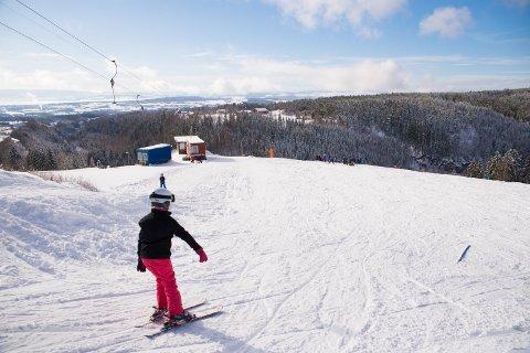 DRØMMEFORHOLD: Skyfritt og optimale forhold i bakkene på Hamar Alpinsenter.