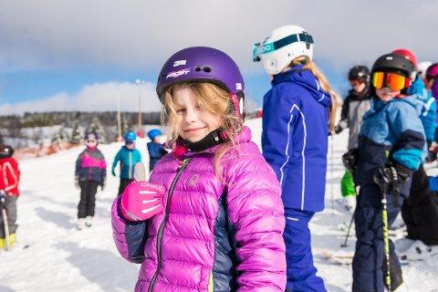 BEDRE: – Jeg har blitt flinkere på skiene, sier Julie Vardebakken.