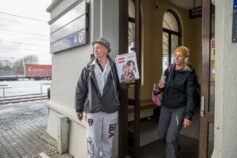 GLAD SELGER: Rune Dybing liker å stå å selge blader. På jernbanestasjonen i Hamar treffer han mange mennesker.
