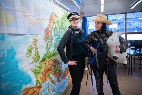 LÆRERNE: Anne Marit Rustad og Liselott Svensson, som konduktør og stresset turist.