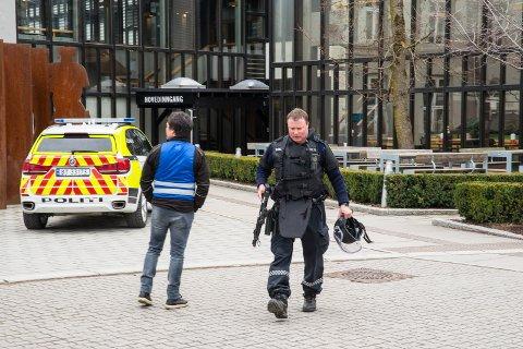 DRAMATISK: En skytter hadde tatt seg inn på Høgskolen i Hedmark. Det utløste full politiaksjon i Hamar.