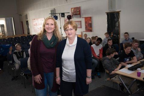 DUKKET OPP: Leder for Dyleksi Hamar og omegn, Torni Saugerud, og fagansvarlig Torunn Meyer dukket opp på Ajer ungdomsskole for å utnevne skolen til «dysleksivennlig skole».