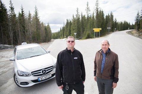 BEDRE VEIER: Drosjeeier Kenneth Vesterås og Erling Behrens fra Fremskrittspartiet vil ha bedre veier i Vang.