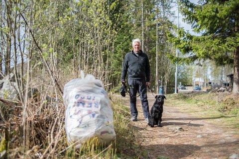 SEKK: Tor Mattsson og schnauzeren Herbert kom over  denne sekken med avfall i skogen.